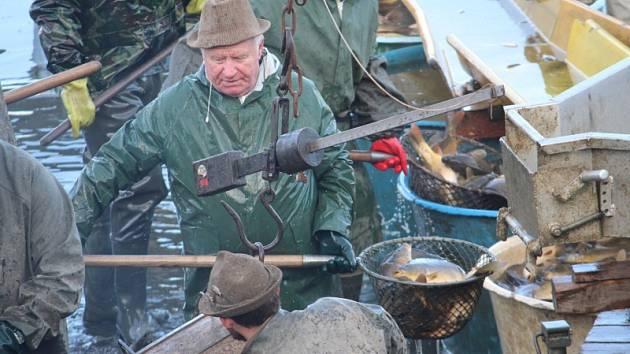 Ve čtvrtek 1. listopadu se uskutečnil také výlov Huťského rybníka mezi Dobříší a Starou Hutí.