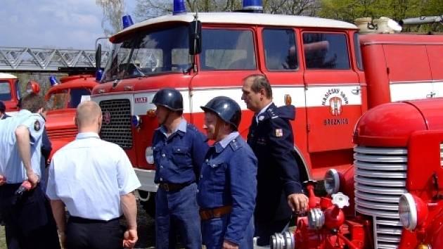 typ cisterny (na snímku) už brazy nahradí novější auto, které v sobotu březnickým hasičům předá příbramský sbor profesionální sbor.