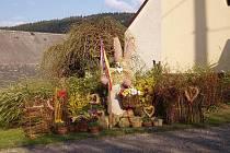 Velikonoční náves v Čenkově zdobí obří zajíc s rodinou.