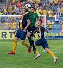 Šlágr FNL - Opava (ve žlutomodrém) remizovala s Příbramí 1:1, hosté si tak stejně jako o pár dnů dříve domácí zajistili postup do první ligy.