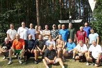 Účastníci turnaje nohejbalového Satelitu seniorů v osadě Červená u Mokrovrat.