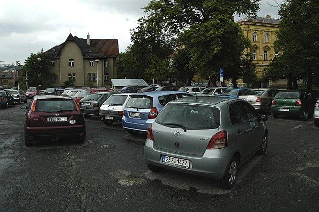 Parkoviště ve Fibichově ulici