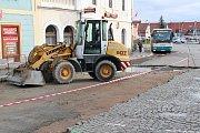 Při průjezdu Mírovým náměstím v Dobříši jsou v současnosti hned dvě dopravní omezení.