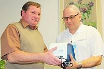 STAROSTA Milína Pavel Nekl předává primáři dětského oddělení příbramské nemocnice Pavlu Marčekovi přístroj z ordinace po pediatrovi.