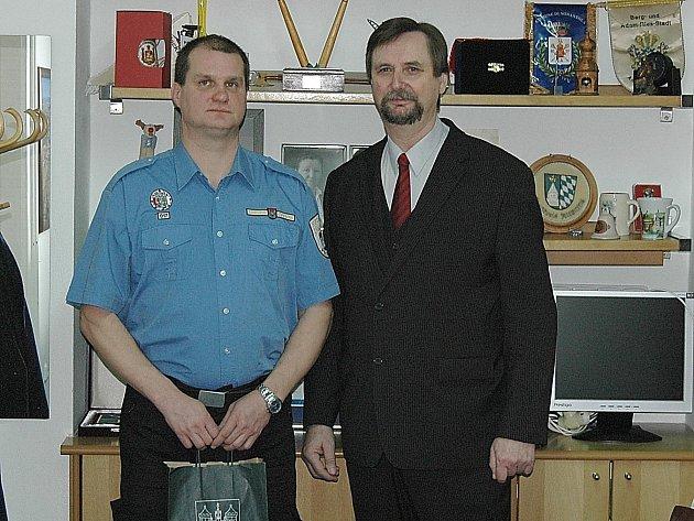 Strážník Tomáš Wilda si za záchranu života vysloužil od starosty města odměnu