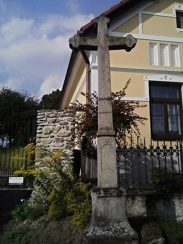 Kříž v Kuní z roku 1862.
