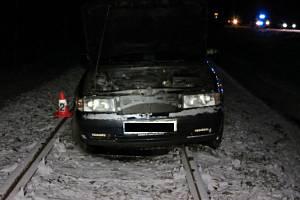Opilý řidič si na Příbramsku spletl koleje se silnicí.