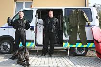 Městští strážníci s výbavou pro odchyt psů. Ilustrační foto.