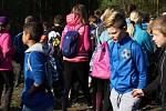 """Už čtvrtý ročník naučného programu """"Do lesa s lesníkem"""" vyzkoušeli v lese nad Jinci čtvrťáci a páťáci z Hořovic."""