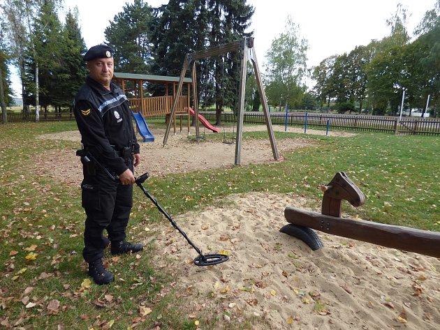 Petr Krch, velitel městské policie, s detektorem kovů.