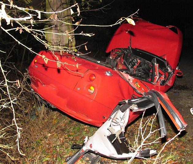 Osobní vůz Fiat Coupe narazil ve vysoké rychlosti do stromu. Následky havárie byly tragické.