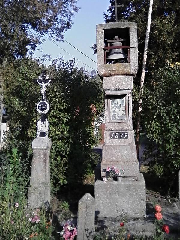 Kamenná tesaná zvonička s křížkem z roku 1870 ve Vilasově Lhotě.