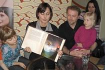 Zdeňka Žádníková - Volencová čte dětem.