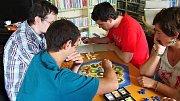 Místní turnaj ve hře Osadníci z Katanu v Městské knihovně na Dobříši.