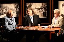 Historici Josef Velfl (vlevo) a Petr Koura (uprostřed) s moderátorem Přemyslem Čechem v pořadu Historie.cs.