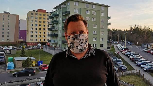 Příbramský starosta Jan Konvalinka vyzývá k nošení roušek i vlastní výroby.