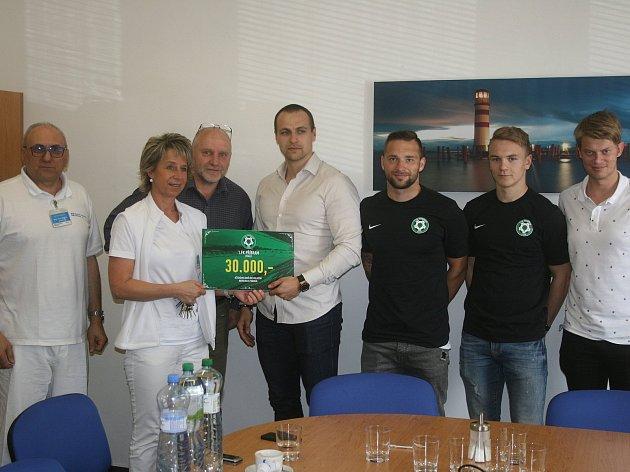 NA DOBROU VĚC. Fotbalisté 1. FK Příbram se rozhodli udělat radost nemocným dětem a předali dětskému oddělení  příbramské nemocnice finanční dar.