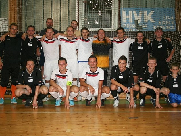 Semifinále krajské části Poháru ČMFS: OTH (černí) - Mladá Boleslav (5:9). Společné foto na konci zápasu.