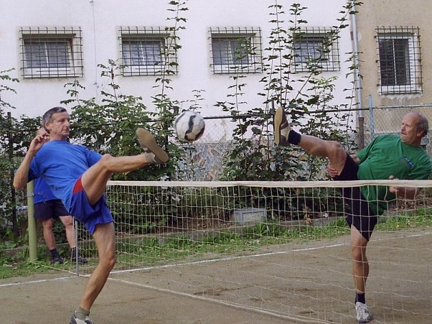 Nohejbalový Satelit pokračoval turnajem u příbramské restaurace Na Chmelnici.