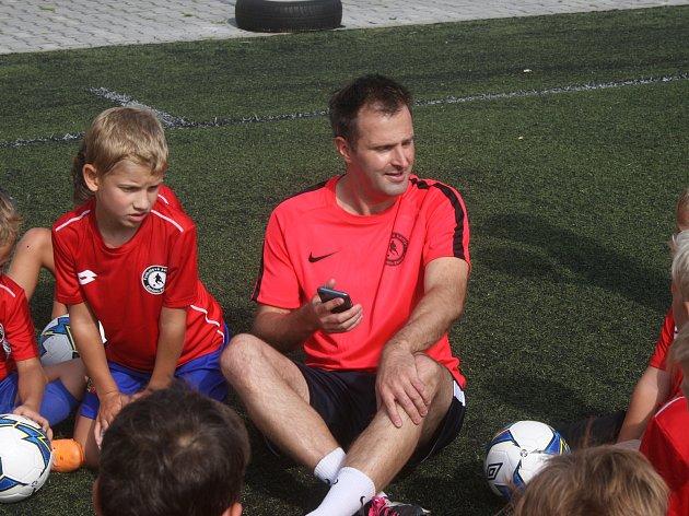 Na Dobříši probíhá první turnus fotbalového kempu Daniela Reháka.