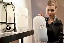 MODERNÍ DESIGN, neotřelý pohled mladé návrhářky a inspirace fetiš kulturou. Taková je výstava Sklo, šperk, objekt Kateřiny Handlové.