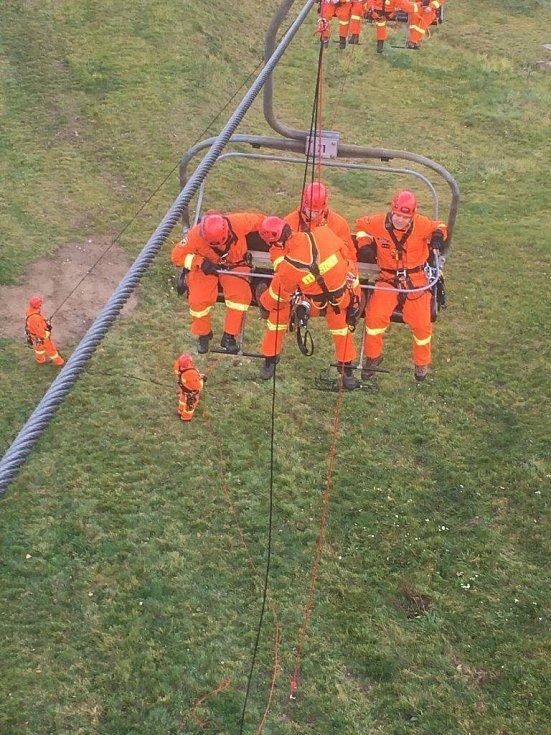 Hasiči nacvičovali na Monínci záchranu z lanovky.
