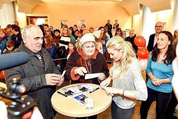 Lucie Borhyová zahájila vPříbrami předprodej vstupenek na NOVÁK 800.