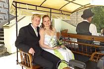 Martina Šobková z Březnice a Petr Hamák z Milína si navlékli snubní prstýnky v pátek 21. června 2013 hodinu před polednem na Městském úřadu v Březnici.