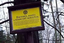 Místo, kde stával klášter, značí deska s textem od příbramského spisovatele a grafika Jana Čáky.