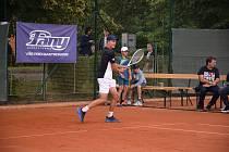 Tenista Jonáš Forejtek se v Dobříši představil v loňském roce během charitativní exhibice. Letos by se na antukovém kurtu měla hrát jeho sestra Eliška, která bude patřit k favoritkám MČR starších žákyň.