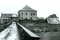 Tvrz v Křepenicích po návrácení majitelův v roce 1991.