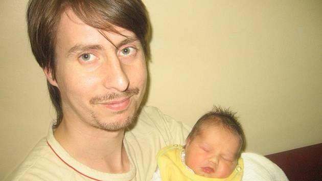 Od soboty 1. srpna mají maminka Milena a tatínek Jiří ze Sedlčan radost z dcerky Báry Vondrové, která v ten den vážila 3,30 kg a měřila 49 cm. Oporu bude mít ve starších sourozencích dvanáctiletém Vaškovi a tříleté Zuzce.