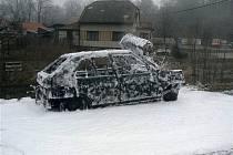 Hasiči dnes ráno vyjížděli k nehodě do Nového Knína. Na místní komunikaci se střetl osobní vůz Škoda Favorit s vozem Opel Vectra. Po nárazu začal hořet favorit. Řidič opelu stačil s autem vycouvat, aby se požár nerozšířil i na druhé auto. Hasiči hořící vů