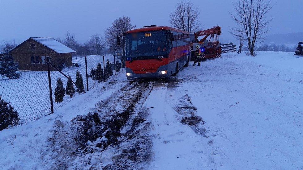 Nehoda autobusu u Obecnice na Příbramsku.