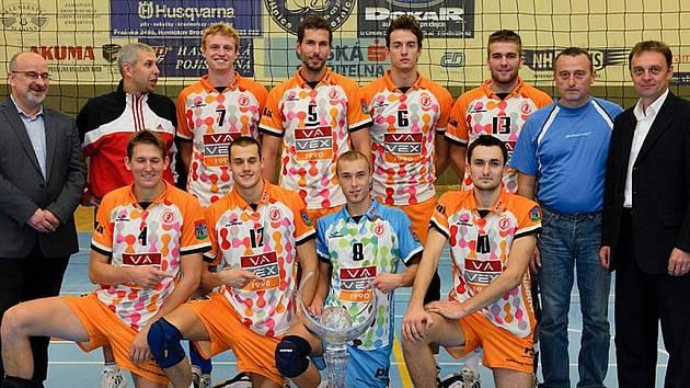 Volejbalisté Příbrami po turnaji v Havlíčkově Brodě, kde vybojovali první místo a krásný pohár.