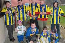 Mladí sedlčanští ragbisté s trofejemi, které pomohly vybojovat.