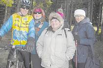 Jak jinak by se měl dopravit na vrchol cyklista, než na kole. Zde vidíme Petra Chovance z Příbrami. Vedle něho stojí zleva Zdeňka Šímová, Drahomíra Baumer a Libuše Šlehoferová z Příbrami.