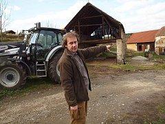 Pavel Křížek na podzim ukazuje redakci Deníku, kde bude stát jaká část nového areálu stanice v Hrachově. Dnes se tam už buduje.