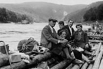 Výletníci ze Zbraslavi při návratu z letního táboření u Županovic ve 30. letech 20. století. Voraři ochotně a zdarma svezli po řece turisty nebo obyvatele okolních povltavských vesnic. V levé části snímku ostrůvek Svině.