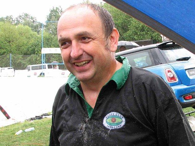 Nejstarší hráč turnaje v plážovém ragby Miloš Vodrážka.