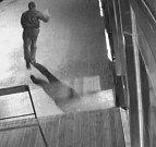 V úterý 21. února krátce po třetí hodině ranní přišel do jednoho baru v Příbrami maskovaný muž, který měl v ruce střelnou zbraň a požadoval po obsluze vydání finanční hotovosti.