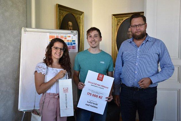 Autor návrhu, který vhlasování skončil třetí Michal Šprysl (uprostřed) také převzal od starosty poukaz sčástkou určenou na jeho projekt.