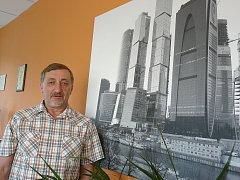 Ředitel Ladislav Filip před snímkem moskevských mrakodrapů.