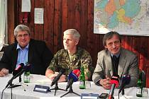 Ministr obrany Martin Stropnický s hejtmanem Josefem Řihákem a náčelníkem generálního štábu AČR Petrem Pavlem.