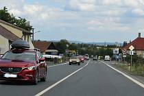 Prodloužení dálnice D4 u Dubence a oprava mostu na Skalce, který přes ni vede. Zvýšenou dopravou nejvíc trpí Dubenec. Lidé se tu těší, až bude po všem. Kvůli bezpečnosti chodců tu alespoň zvýraznili přechody.