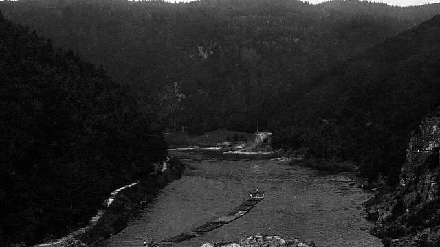 První trasa značená pásovou turistickou značkou vedla ze Štěchovic ke Svatojánským proudům