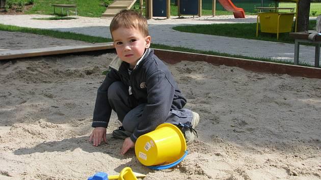 Evropské normy nyní splňuje sedm dětských hřišť v Příbrami. To ve Školní ulici bude další