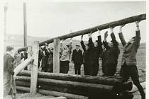 Budování zátarasu členy revoluční gardy v Březnici v květnu 1945 u železničního viaduktu na silnici ve směru od Tochovic v místě zvaném U Kačenky. Uprostřed snímku jeden z účastníků akce cukrář Jaroslav Jezbera.