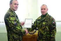 VELITEL 132. dělostřeleckého oddílu podplukovník Jan Žárský blahopřeje poručíku Radku Miriťukovi k čestnému ocenění  Voják roku 2013.