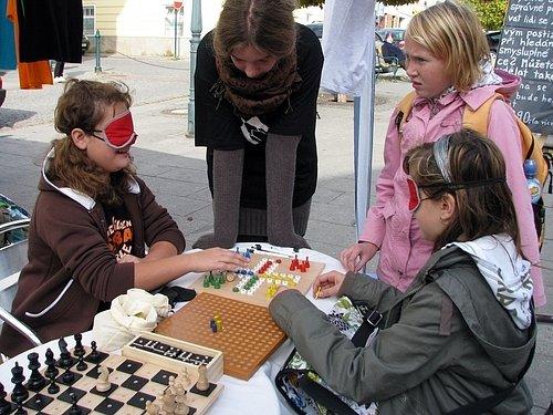 Zájemci si mohli vyzkoušet i různé stolní hry pro nevidomé